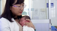 """Phút cảnh báo: Phụ huynh cần bảo vệ trẻ với hội chứng """"rung lắc"""""""