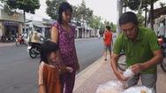 Ấm áp với hành động bỏ tiền túi mua cơm, bánh mì cho người đi đường