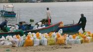 Xúc cát ồ ạt ngay chân cầu Xóm Bóng Nha Trang lại tái diễn
