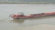 Ngăn vệt dầu loang trên sông Lam, nơi cấp nước sạch cho TP Vinh