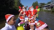 """Tin nóng 24h: Ông già Noel """"cưỡi ghe"""" trao quà Giáng sinh cho trẻ em nghèo"""