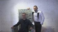 Tỷ phú Nga làm ghế bằng 1 triệu USD tiền mặt