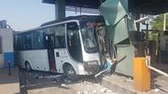 Ô tô 29 chỗ tông nát hai cabin trạm thu phí, nhiều hành khách bị thương