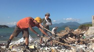Một mình dọn không xuể, 'Tây balo' kêu gọi bạn bè bay sang Nha Trang... nhặt rác