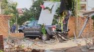 Ô tô tông sập quán cà phê và 2 nhà dân ven đường