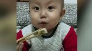 Bé trai 2 tuổi dùng đũa ăn điêu luyện gây sốt MXH và câu chuyện cảm động phía sau