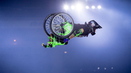 Nghị lực của chàng trai nhào lộn trên không bằng xe lăn