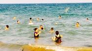 Nhiều du khách vẫn tắm ngoài khu vực an toàn trên bãi biển Nha Trang