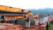 """Cỗ máy """"quái vật sắt"""" giúp xây dựng tuyến đường sắt ở Trung Quốc"""