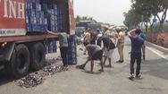 Xe tải làm rớt bia, giao thông khu vực ùn ứ