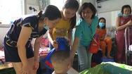 Trao 60 thẻ ATM cho bệnh nhi ung thư Bệnh viện Nhi Đồng 2