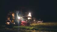 Tránh nắng, nông dân gặt lúa đêm