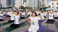 Hàng trăm người tập Yoga trong nắng sớm bên bờ biển Nha Trang
