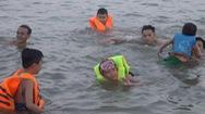 """Người dân TP Vinh đổ xô đưa con ra sông Lam tập bơi """"giải nhiệt"""""""
