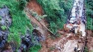 Đèo Bảo Lộc sạt lở nhiều giờ, xe nằm chờ dọc tuyến đường