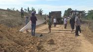 Nam thanh niên bị đất vùi lấp trên thùng xe