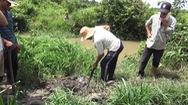 Người dân đào ống xả thải của trại vịt vì không chịu nổi ô nhiễm