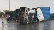 Lại lật xe container trên đường dẫn cao tốc TP.HCM – Long Thành – Dầu Giây
