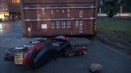 Giải cứu một phụ nữ đi xe máy bị thùng container rớt trúng