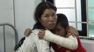 Bé trai 11 tuổi nghi bị hàng xóm đánh gãy tay, trật khớp chân