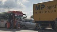Xe 7 chỗ bị kẹp giữa xe khách và xe tải, nhiều người thoát chết
