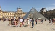 Du khách đổ về Paris bất chấp nắng nóng kỉ lục