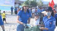 Hoa hậu Tiểu Vy tham gia nhặt rác làm sạch bãi biển Cảnh Dương