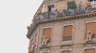 Gấu bông khổng lồ treo mình trên đường phố Paris