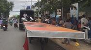 Xe ba gác chở biển quảng cáo cồng kềnh gây tai nạn
