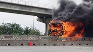 Xe ben cháy ngùn ngụt trên xa lộ Hà Nội