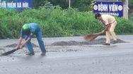 CSGT cùng người dân dọn đá rơi vãi trên quốc lộ 20