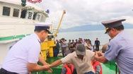 Đưa 46 thuyền viên tàu cá Quảng Ngãi mắc cạn trên biển về bờ an toàn