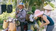 Vợ, chồng già chở hàng phục vụ người dân miền núi