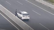 Video: Đôi nam nữ dừng xe giữa cao tốc, leo lên giải phân cách chụp hình