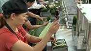Video: Dây chuyền sản xuất bánh chưng của 'kỹ sư' người Việt