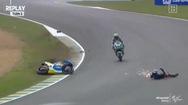 Video: Tay đua mất lái văng lên không trung, tóe lửa khi chạm đất