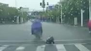Video: Bức xúc với hình ảnh làm rơi bé gái khỏi xe, còn đá bé ngã sõng soài