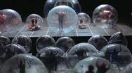 Video: Ban nhạc biểu diễn trong quả bóng để tránh lây nhiễm COVID-19