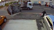 Video: Ôtô lật nhào, người đi đường bỏ chạy thoát thân