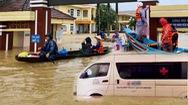 Video: Bệnh viện ngập sâu, bệnh nhân phải cấp cứu bằng thuyền