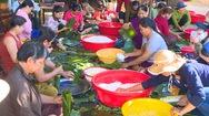Video: Hối hả gói hàng nghìn chiếc bánh Tét gửi ra rốn lũ miền Trung