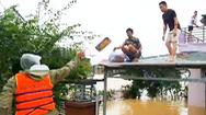 Video: Ném mì tôm lên mái nhà cứu đói ở rốn lũ Quảng Bình