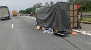 Video: Xe chở đồ cứu trợ miền Trung lật trên cao tốc