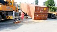 Video: Thùng container đè lên cabin khiến tài xế chết tại chỗ