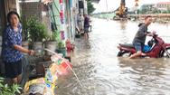 Video: Ngập sâu trên tuyến đường Mễ Cốc, quận 8 vì cống thoát nước tắc nghẽn