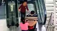 Video: Hai cháu bé bị thương nặng vì xe đẩy lật nhào trên thang cuốn