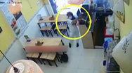 Video: 'Sốc' với hình ảnh cô gái đi xe Vespa đến quán bún đậu, lấy điện thoại của nhân viên nhét túi