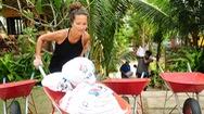 Video: Du khách nước ngoài vác cát, đắp đê cùng người dân Hội An