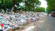 Video: Rác chất cao từng đống ở nội thành Hà Nội