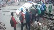 Video: Cố lao qua rào chắn, taxi bị mắc kẹt trên đường ray